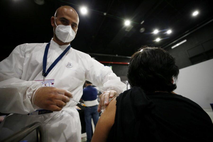 Vaccini anti-covid, rischio di contagio ridotto di due terzi dopo la prima dose