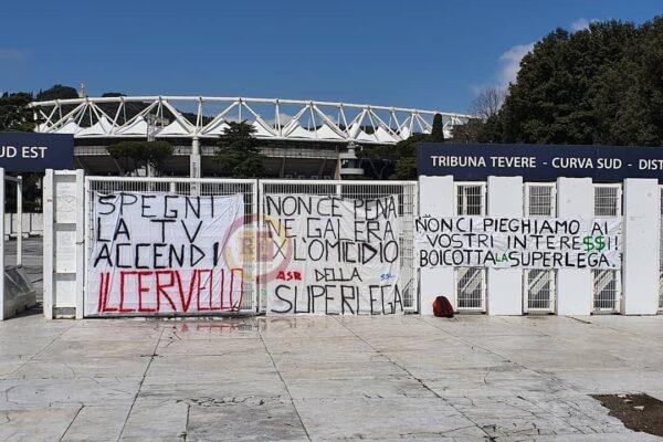 Roma, striscioni contro la Superlega al Foro Italico e allo stadio Olimpico