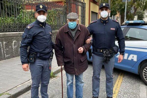 """""""Devo farmi il vaccino ma non so come andare"""", polizia accompagna nonnino a Napoli"""