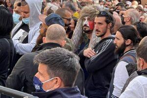 Scontri a Montecitorio, commercianti invocano aperture: spunta il Jake Angeli italiano