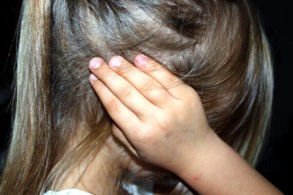 Bimba di 5 anni picchiata, abusata e costretta a fare le pulizie: condannata l'intera famiglia