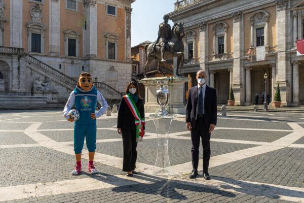 Roma, la coppa di Euro 2020 arriva in Campidoglio: ecco il tour della città