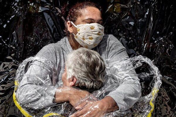 Foto da Twitter (World Press Photo) 'The First Embrace' by Mads Nissen