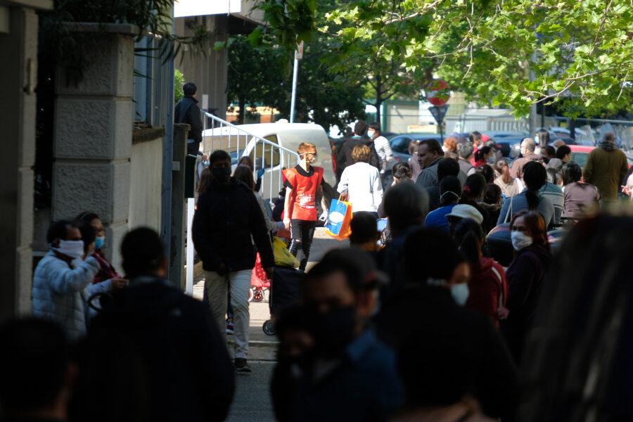 Napoli, dramma Covid: ristoratori e professionisti in fila alla Caritas
