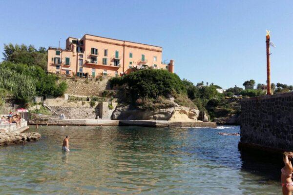 Estate a Napoli, ecco dove fare il bagno: la mappa di tutte le spiagge in città