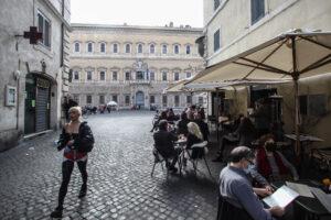 ULTIMO WEEKEND IN ZONA GIALLA A ROMA LOCALI DI PIAZZA FARNESE PIENI