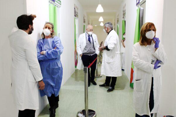 """Informazioni sui vaccini, boom di telefonate al numero verde dei medici di Napoli: """"Oltre 7mila in un mese"""""""