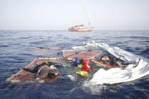 Strage in mare: 130 naufragi in difficoltà da giorni, ma con le Ong lontane gli Stati hanno fatto finta di niente…