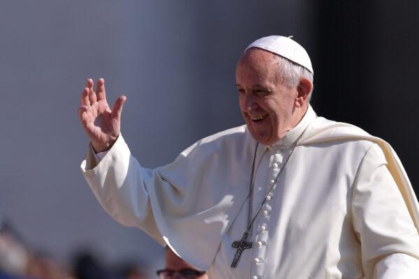 Papa Francesco sta con i poveri, non perché è comunista ma perché lo dice il Vangelo