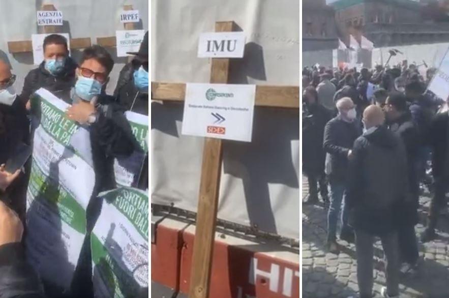 """La piazza diventa un camposanto, commercianti in protesta: """"Ecco le nostre licenze"""""""