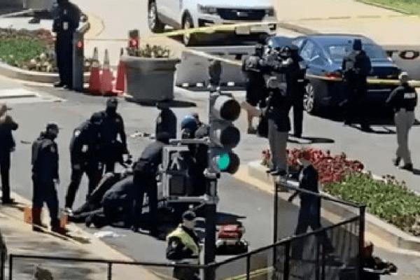 Capitol Hill, auto travolge due poliziotti: muore agente, autista ucciso