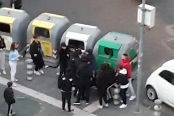 """Napoli, il video delle mazzate tra paranze di ragazzini a Materdei: """"Nessuno fa niente"""""""