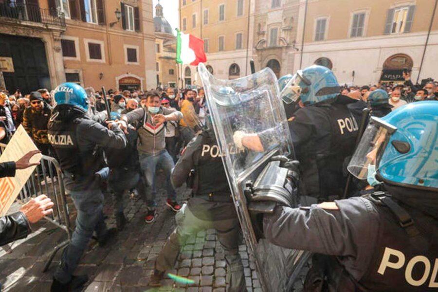 """""""Fateci riaprire"""", nelle proteste alla Camera si infiltrano estremisti di destra"""