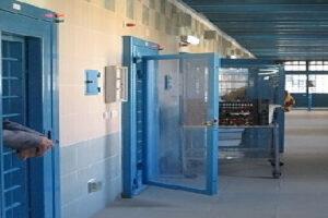 """Focolaio nel carcere di Melfi, 52 positivi (3 in ospedale): """"Noi abbandonati"""""""