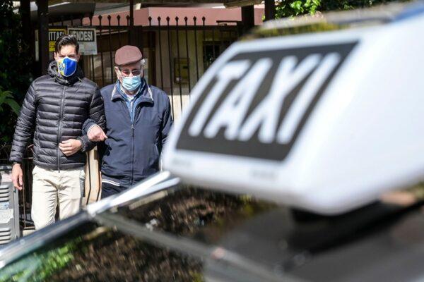 """""""Ti accompagno io"""" arriva a Napoli. Taxi gratuiti agli over 80 per andare a vaccinarsi"""