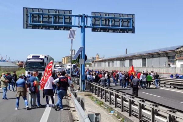 """Lavoratori Whirpool bloccano il traffico autostradale: """"Nessuno ci risponde, sarà un Primo Maggio amaro"""""""