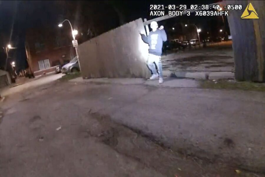 Polizia spara e uccide 13enne con le mani alzate: alta tensione a Chicago