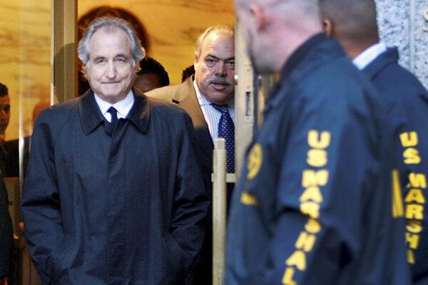 Chi era Bernie Madoff, condannato a 150 anni per la più grande truffa della storia grazie allo schema Ponzi