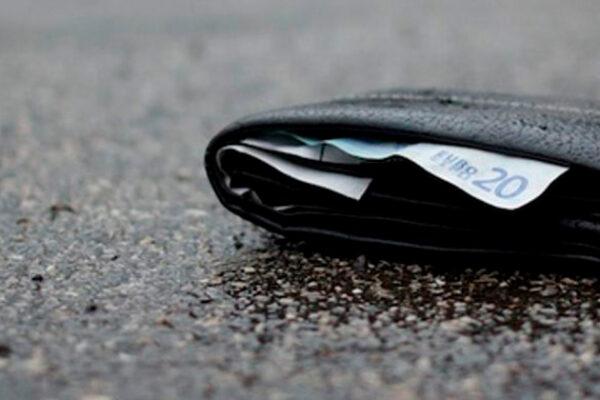 Perde il portafogli con soldi e carte di credito: ritrovato dalle telecamere di sorveglianza