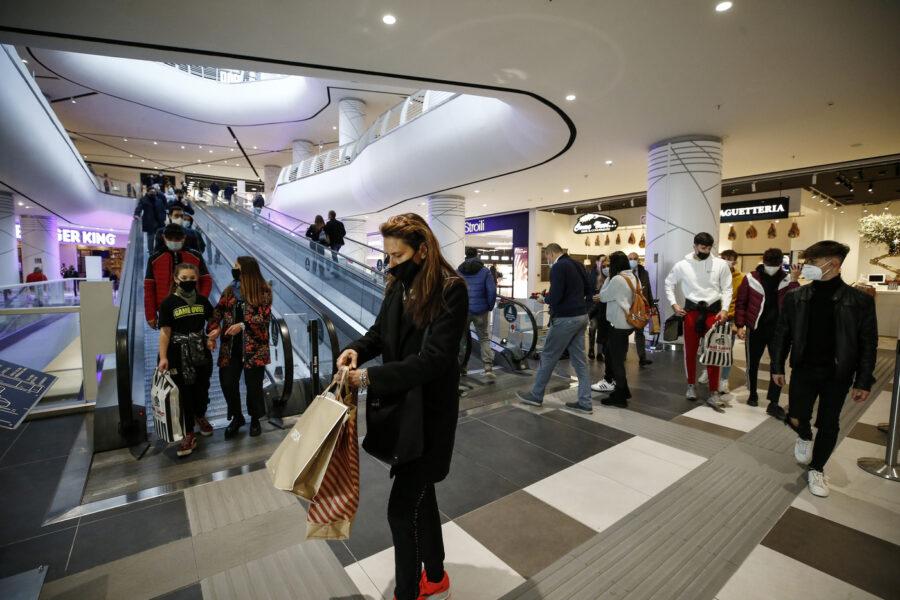 """Covid, sos di Confcommercio: """"Riaprire i centri commerciali"""""""