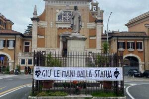 La protesta per la Madonna di piazza Sempione