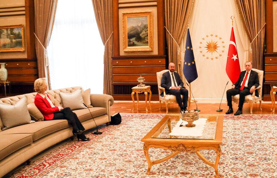 Erdogan e lo sgarbo all'Europa, il 'Sultano' turco lascia von der Leyen senza sedia: scoppia il 'sofagate'