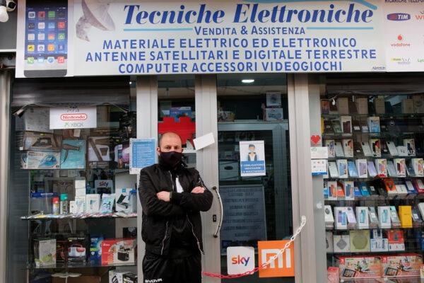 """Il paradosso dei mercati: """"Negozi che possono stare aperti fuori ma chiusi dentro"""", la protesta di Francesco"""