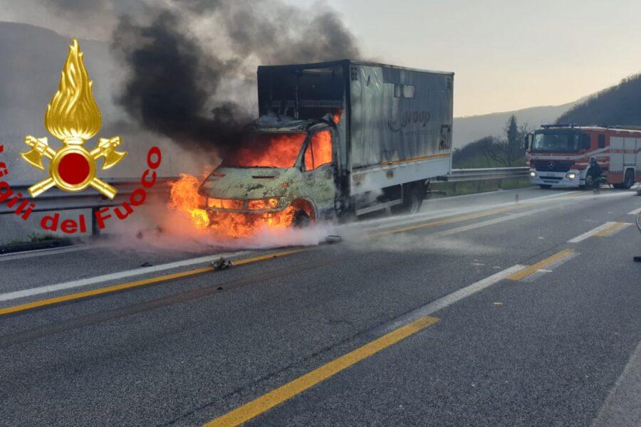 Camion in fiamme sull'A16, conducente salvo per miracolo: l'incidente all'altezza di Monteforte Irpino