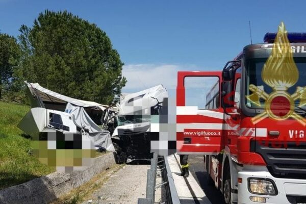 Incidente mortale tra camion sull'A25, autotrasportatore di 52enne perde la vita per un tamponamento