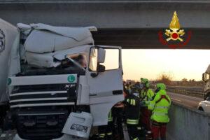 Doppio incidente tra furgone e tir in autostrada: due morti schiacciati e un ferito grave sull'A4