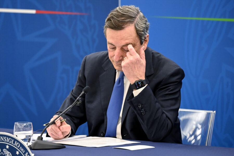 Draghi e gli psicologi 35enni da non vaccinare, l'errore del premier che dimentica il 'suo' decreto