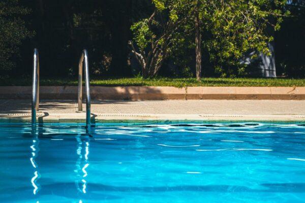 Bimbo di soli 3 anni cade in piscina e muore, tragedia dopo un matrimonio