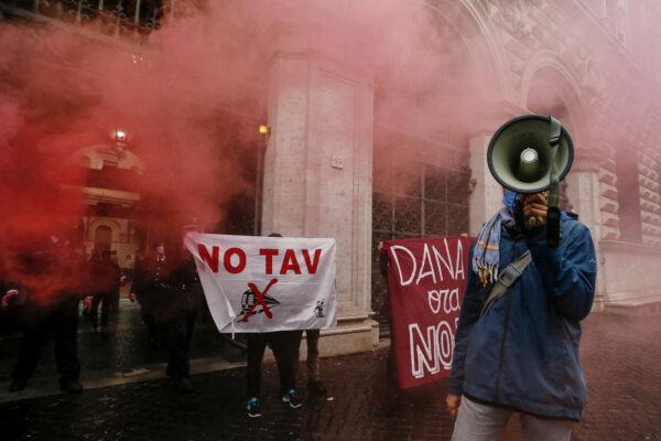 Arresti in Francia sono un messaggio contro No Tav e operai della logistica