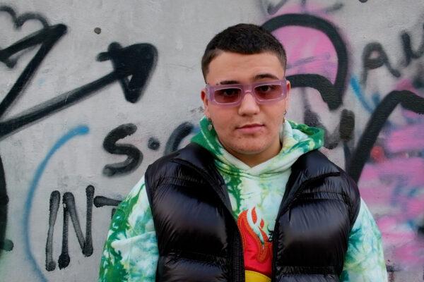 """""""Sogno di riempire lo stadio della mia città"""": la storia di Plug, il rapper 14enne che racconta la sua generazione"""