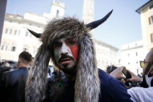 Chi è Hermes Ferrari, lo 'Sciamano' italiano delle proteste davanti Montecitorio