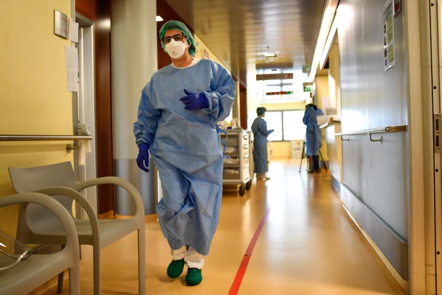 """""""Siamo nella quarta ondata Covid"""", allarme di Gimbe dopo il +64% di contagi: ma l'impatto sugli ospedali è minimo"""