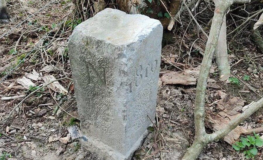 Sposta una pietra e modifica i confini tra Francia e Belgio: il gesto inconsapevole del contadino