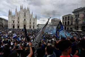 Foto LaPresse – Claudio Furlan 02 Maggio 2021 – Milano (Italia)  Sport Calcio Inter Campione d'Italia 2021. E' il diciannovesimo scudetto. Nella foto: festa scudetto dei tifosi dell' Inter in Piazza Duomo per la vittoria del campionato di Serie A  Photo LaPresse – Claudio Furlan 02 May 2021 – Milano (Italy) Sport Soccer Nerazzurri celebrating winning their Serie A title in Milan's Piazza del Duomo. In the pic: Scudetto celebrations in Piazza del Duomo
