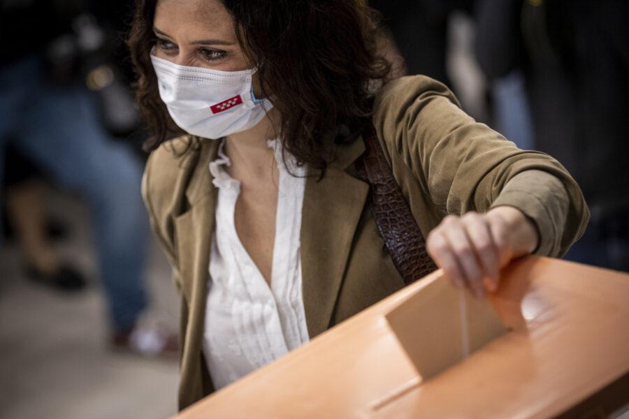 La presidente uscente Isabel Diaz Ayuso al seggio