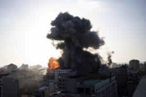 """Guerra tra Israele e Gaza, non si fermano razzi e morti: da Netanyahu """"nessuna tregua"""""""