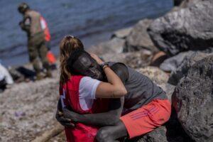 Lasciamo morire i migranti perché li condanniamo, sono colpevoli di povertà