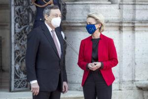 Vaccini, al via la guerra dei brevetti: Draghi guida gli anti-Ursula