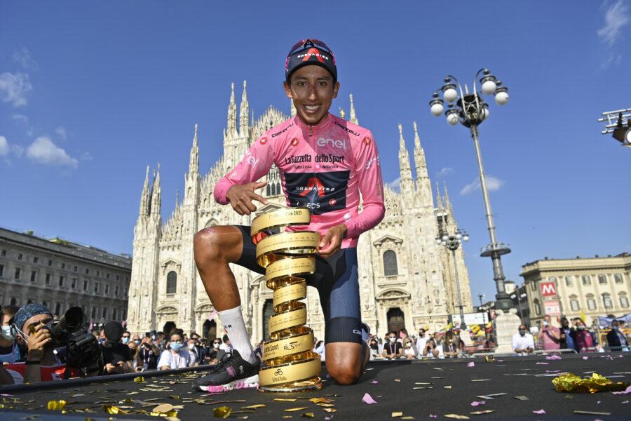 Foto Fabio Ferrari/LaPresse 30 maggio 2021 Italia Sport Ciclismo Giro d'Italia 2021 – edizione 104 – Tappa 21 – Gara cronometro individuale – Da Senago a Milano (km 30,3) Nella foto: BERNAL GOMEZ Egan Arley (COL) (INEOS GRENADIERS) – Maglia rosa e vincitore con il Trofeo Senza FinePhoto Fabio Ferrari/LaPresse May 30, 2021 Italy Sport Cycling Giro d'Italia 2021 – 104th edition – Stage 21 – ITT – from Senago to Milan In the pic: BERNAL GOMEZ Egan Arley (COL) (INEOS GRENADIERS) – Pink jersey and winner with the Endless Trophy