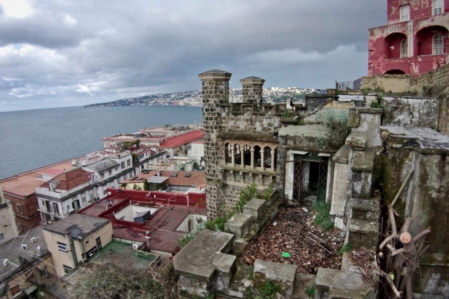 A Napoli regna il degrado: Villa Ebe a pezzi, cimitero dei colerosi sfregiato