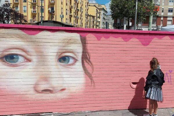 """Noemi firma il suo murales: """"Piazza Nazionale è dei bambini non della camorra"""""""