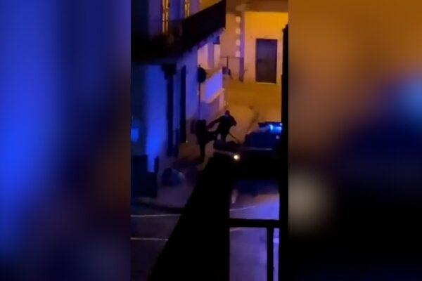 """Carabiniere insulta e prende a calci ragazzo in strada: """"Marescià non ho niente"""", il video virale"""