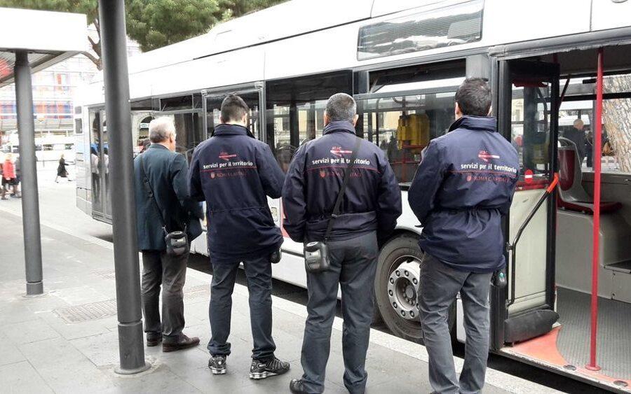 Controllore Atac chiede il biglietto ma viene aggredito dal passeggero