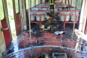 """Fiamme nel treno della Circumvesuviana, pendolari in fuga sui binari: """"Noi cittadini siamo cavie"""""""