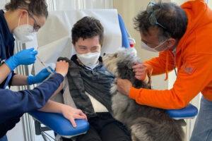 Davide, la paura dell'ago e la forza di Polpetta: il 18enne si vaccina grazie al cane-mascotte
