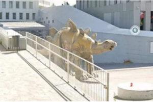 Puzza insopportabile dal dinosauro decorativo in strada: scoperto all'interno un cadavere